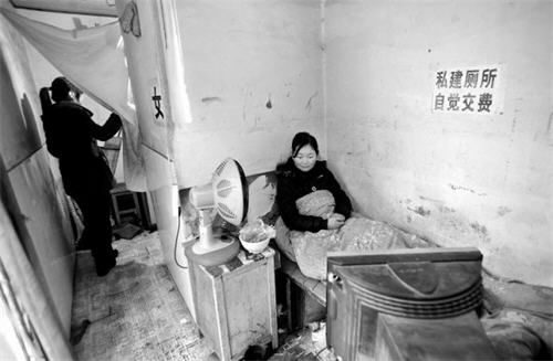 Xiao Du has something many Chinese can only hope for  a home  One should be  careful what they wish for  however  since the 17 year old girl s home for  the. Chinese Girl Lives   Works in Public Bathroom  Makes a Few Scents