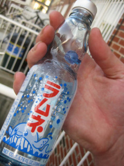 how to open ramune bottle