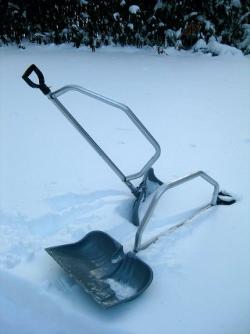 The SnowBow ergonomic shovel: © Elements Industrial Design Inc