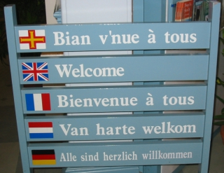 """Welcome"" is a good concept to learn in several languages: image via commons.wikimedia.org"