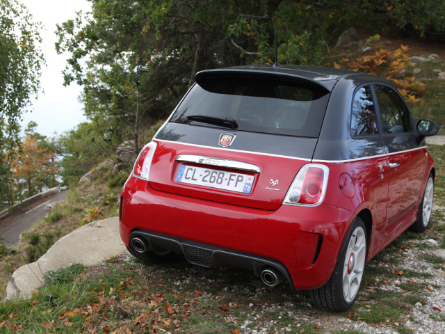 fiat abarth 595 turismo rocks the catwalk in rosso grigio. Black Bedroom Furniture Sets. Home Design Ideas