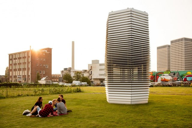 Smog-filtering vacuum: this tower, now installed in a Rotterdam park, can filter 30,000 cubic meters of air per hour. Image from Studio Roosegaarde.